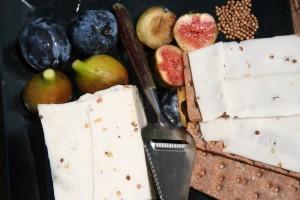 Garabonciás érlelt félkemény kecskesajt - Görögszénamagos, korianderes 100% teljes kecsketejből